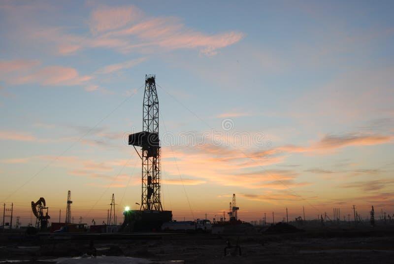 Gisement de pétrole la lueur de soirée photographie stock