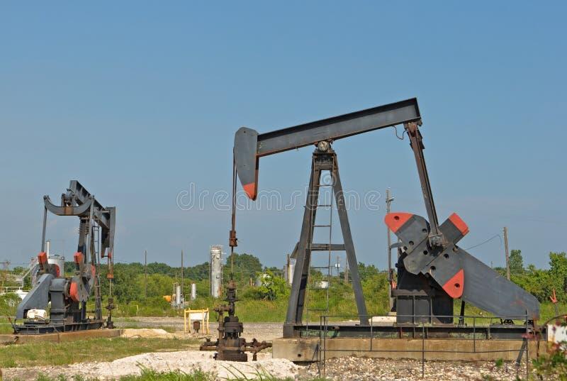 Gisement de pétrole terrestre avec des puits (inclinant la tête des ânes) photographie stock libre de droits