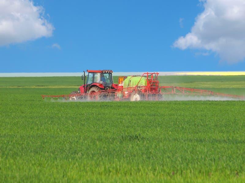 Gisement de pulvérisation de tracteur photos stock