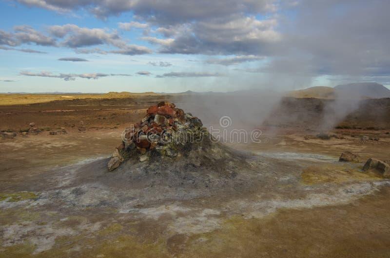 Gisement géothermique de Hverarond en Islande C'est un champ dans Krafla photos stock