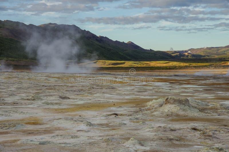 Gisement géothermique de Hverarond en Islande C'est un champ dans Krafla images stock