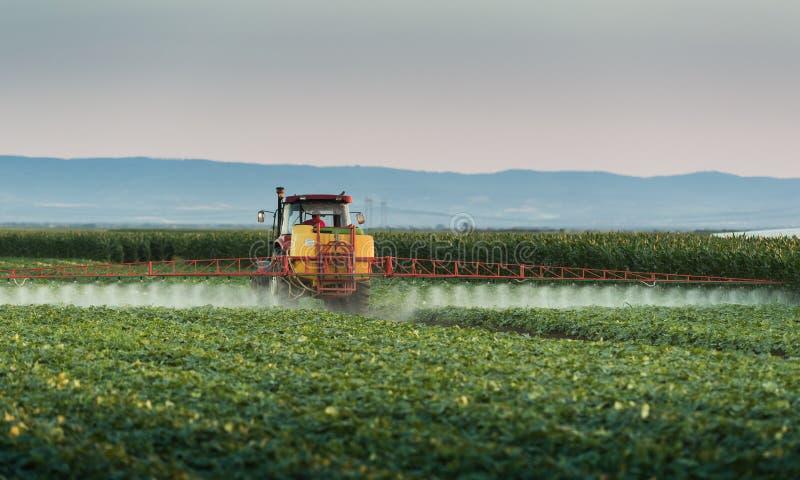 Gisement végétal de pulvérisation de tracteur au ressort photos libres de droits