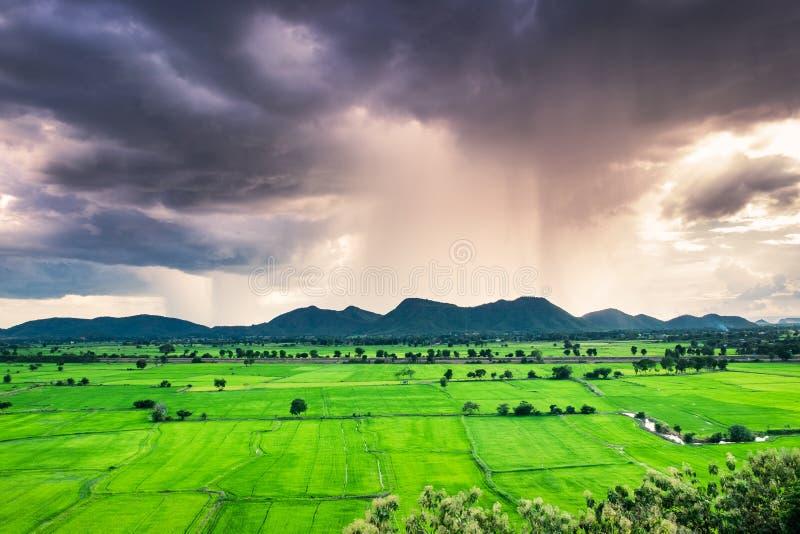 Gisement vert de montagne pleuvant le phénomène de tempête photo stock