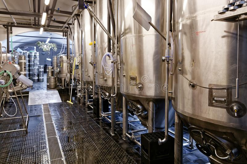Gistertanks in microbrewery stock fotografie