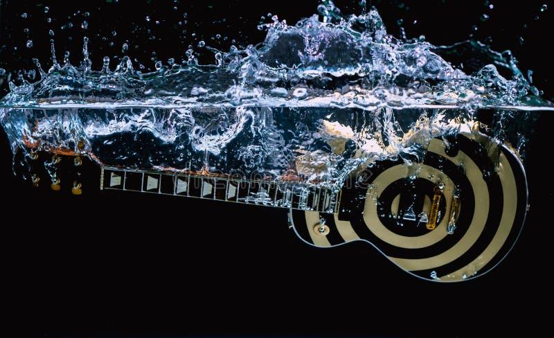 Gitaar in water stock foto