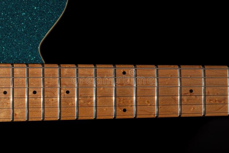 Gitaarhals bij het 12de lijstwerk Esdoorn fretboard gedeelte op blauwe gl royalty-vrije stock fotografie