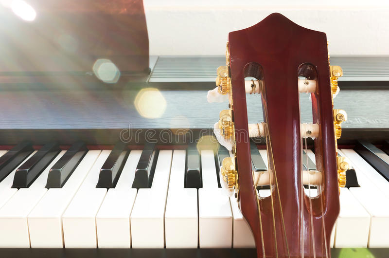 Gitaarhals en piano stock fotografie