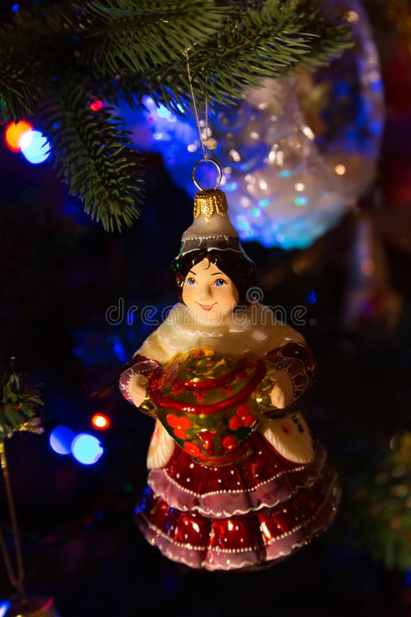 Gitan fabriqué à la main de boule d'arbre de Noël avec le samovar images libres de droits