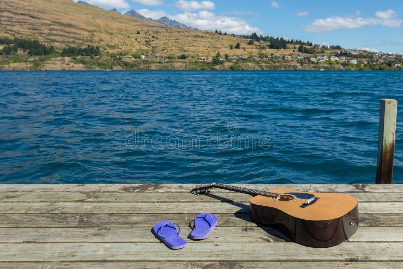 Gitara akustyczna i trzepnięcie klapy obraz royalty free