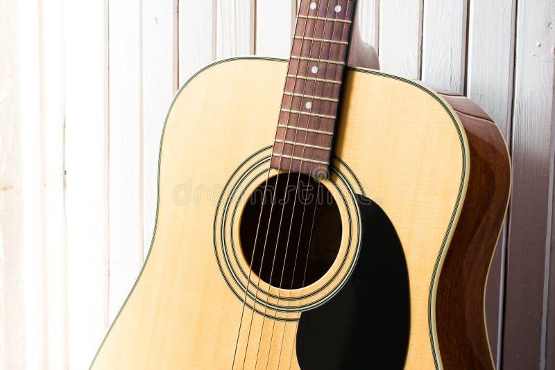 Gitara akustyczna na białym drewnianym tła zakończeniu obrazy royalty free
