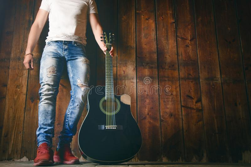 Gitara akustyczna na drewnianej teksturze z kopii przestrzenią dla teksta i gitary gracza Muzyki i czasu wolnego pojęcie Gitara p obrazy royalty free