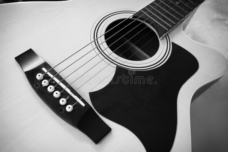 Gitara Akustyczna z czarny i biały obraz royalty free
