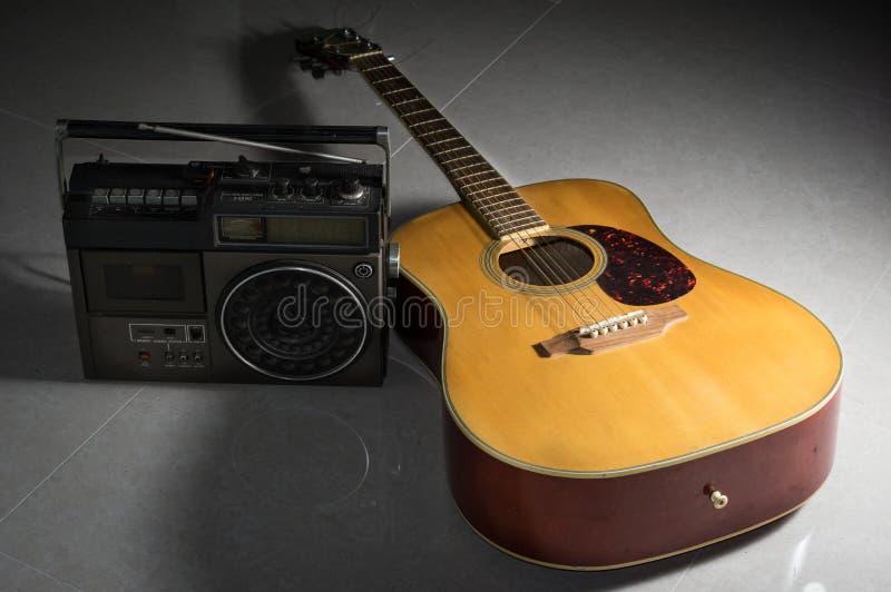 Gitara akustyczna z retro radiowym graczem fotografia royalty free