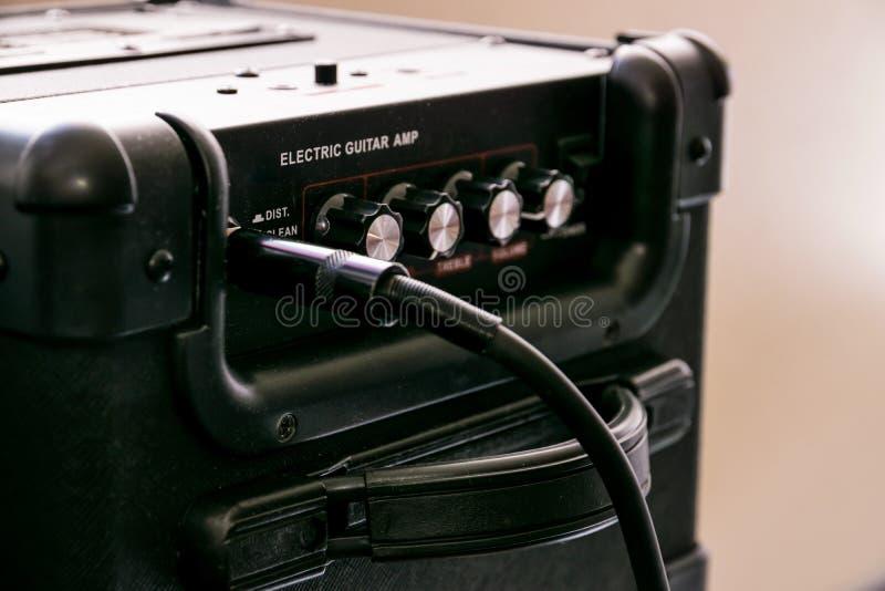 Gitara amplifikator z tarczami i kontrolami dla pojemności, zysk, bas, treble Jack kabel łączący fotografia royalty free