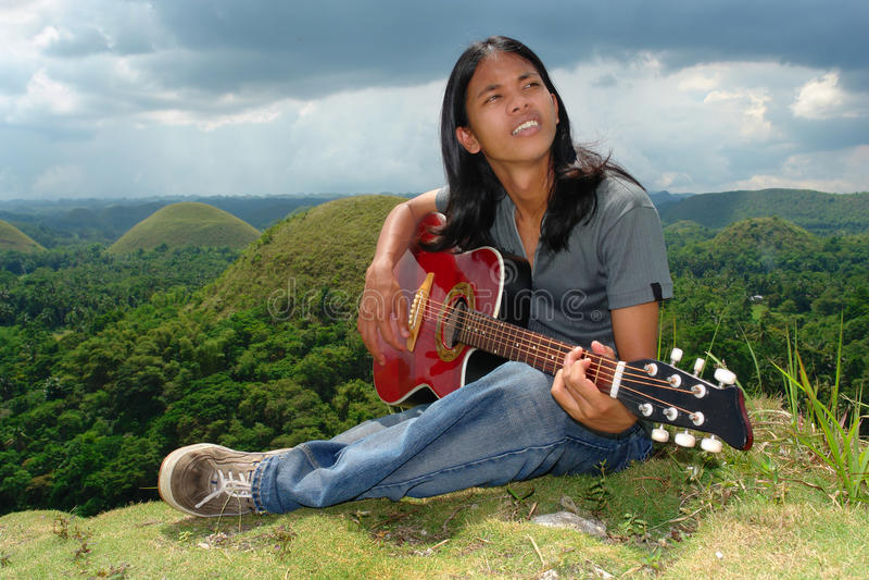 gitara azjatykci hipis zadumany w zdjęcia royalty free