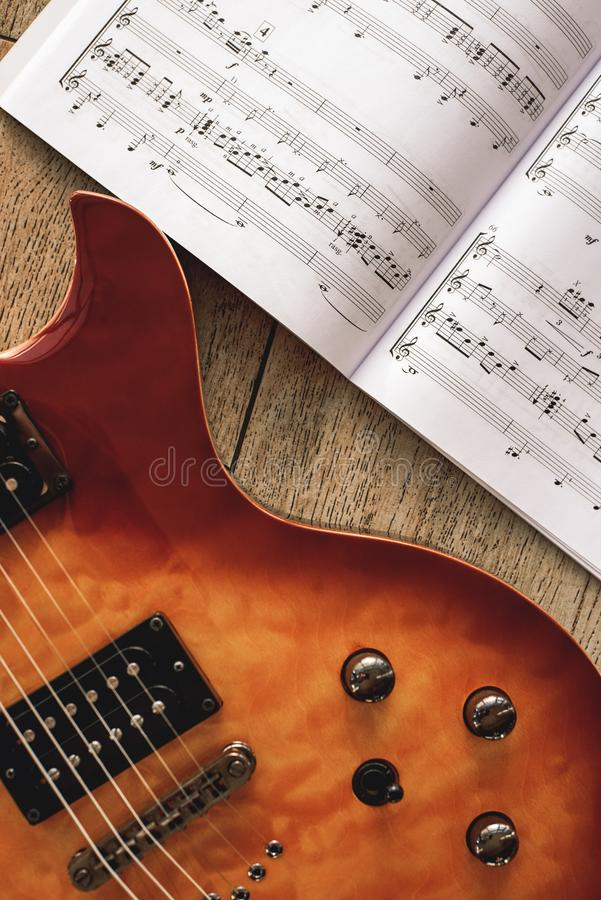 Gitara Elektryczna akordy W górę fotografii gitary elektrycznej ciało z pojemności i brzmienia kontrolnymi gałeczkami z muzycznym fotografia stock