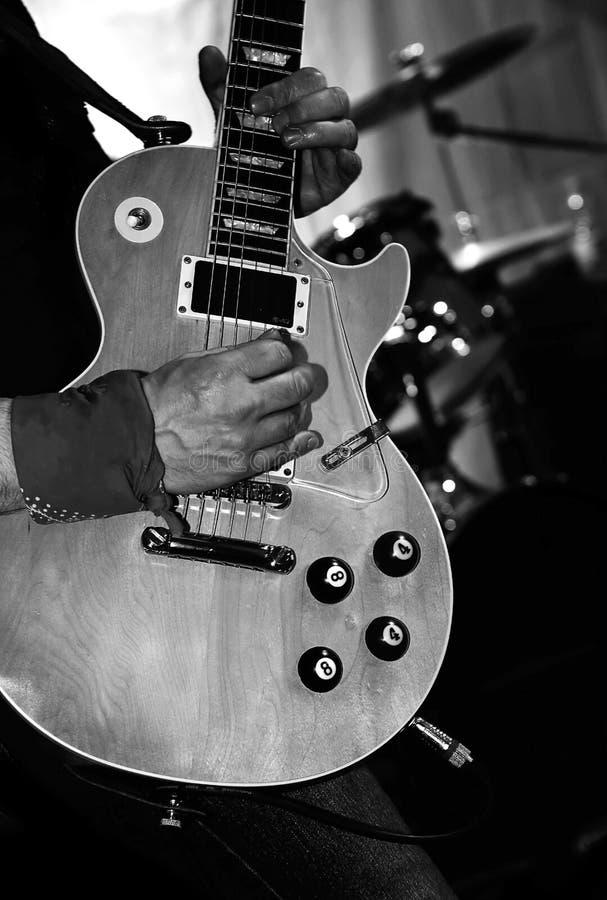 gitara elektryczna na scenie podczas żywego rockowego koncerta zdjęcia royalty free