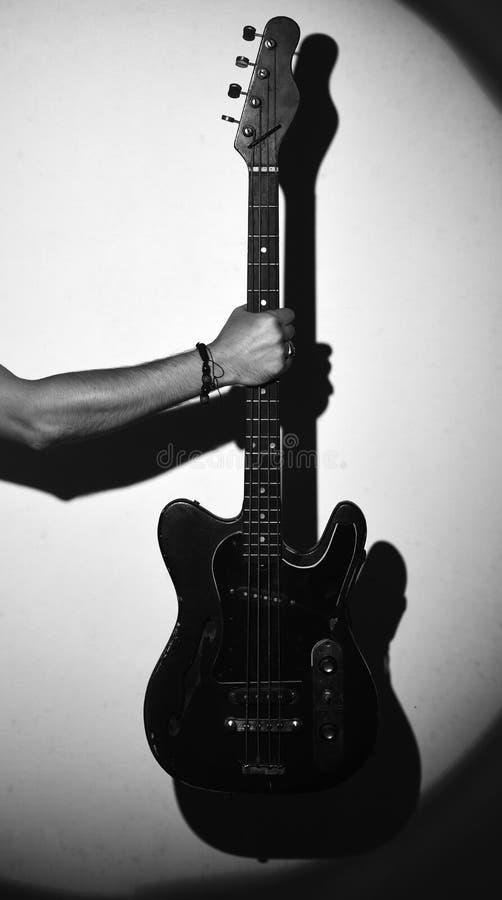 Gitara elektryczna w męskiej ręce Gitara gracz trzyma instrument muzycznego zdjęcia royalty free