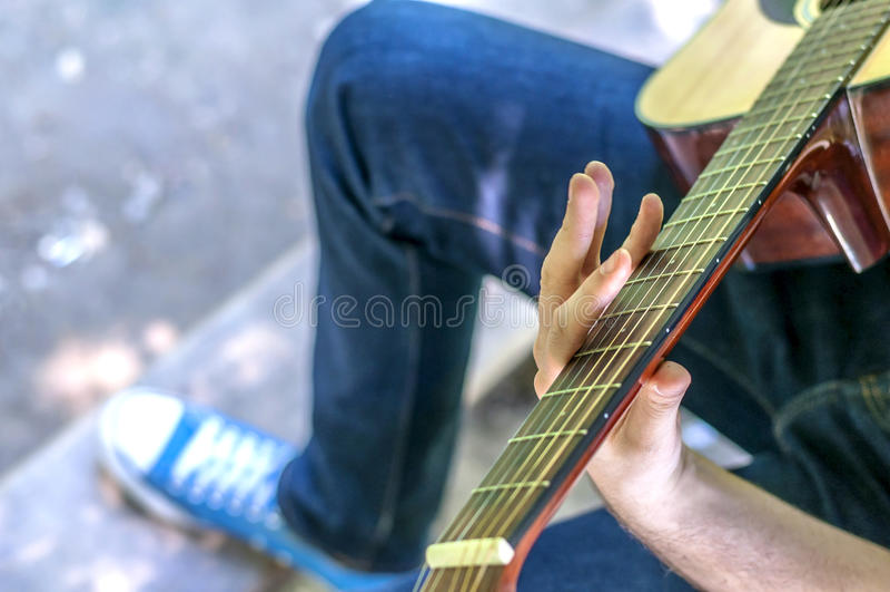 Gitara gracz bawić się piosenkę, plenerową, park obrazy royalty free