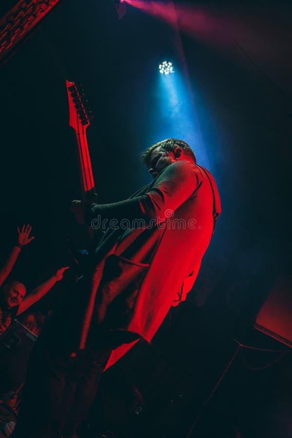 Gitara gracz na scenie - prezentacja rockowej grupy ` s koncerty obraz royalty free