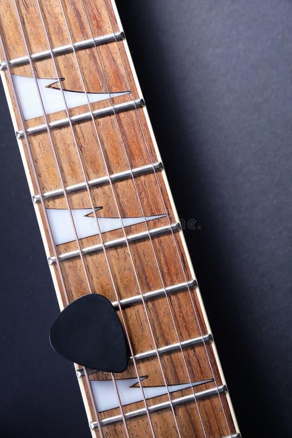 Gitara gryźć z sznurkami i mediatorem na zmroku zdjęcia royalty free