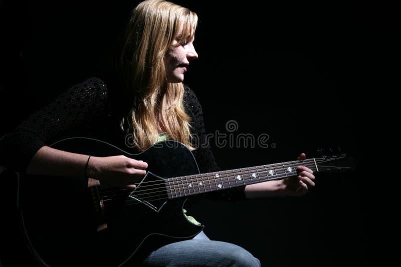 gitara humorzasta kobieta śpiewająca grać obrazy royalty free
