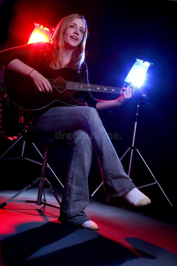 gitara odgrywać sceny kobiety zdjęcie royalty free