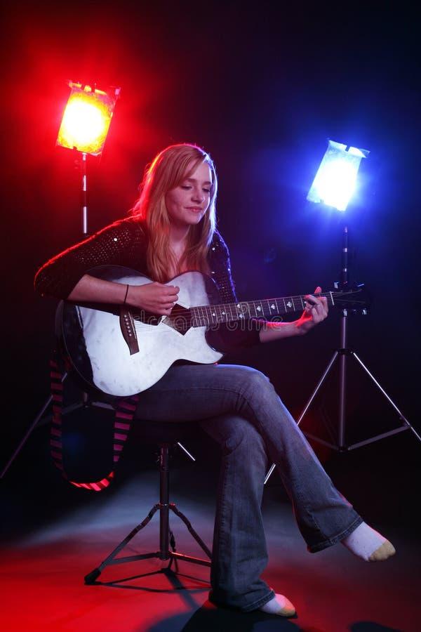 gitara odgrywać sceny kobiety obrazy royalty free