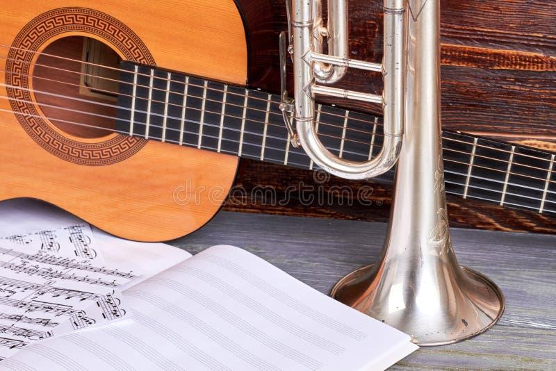 Gitara, trąbka i muzykalne notatki, zdjęcia royalty free