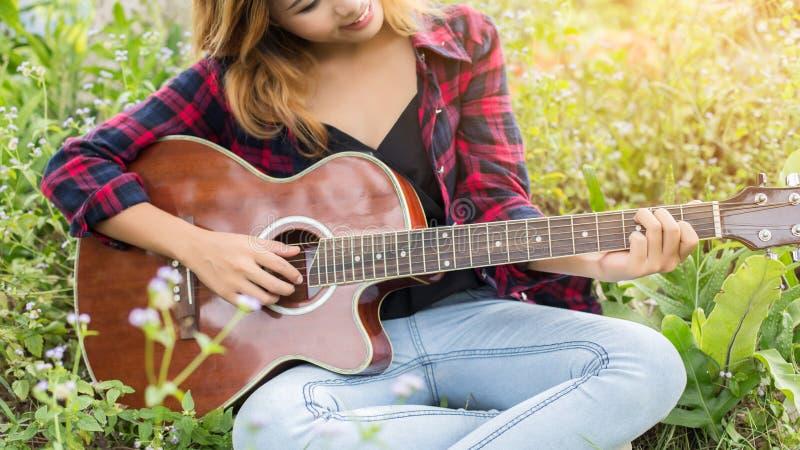 Gitara Young Woman Hand Playing zewnętrzne obraz stock