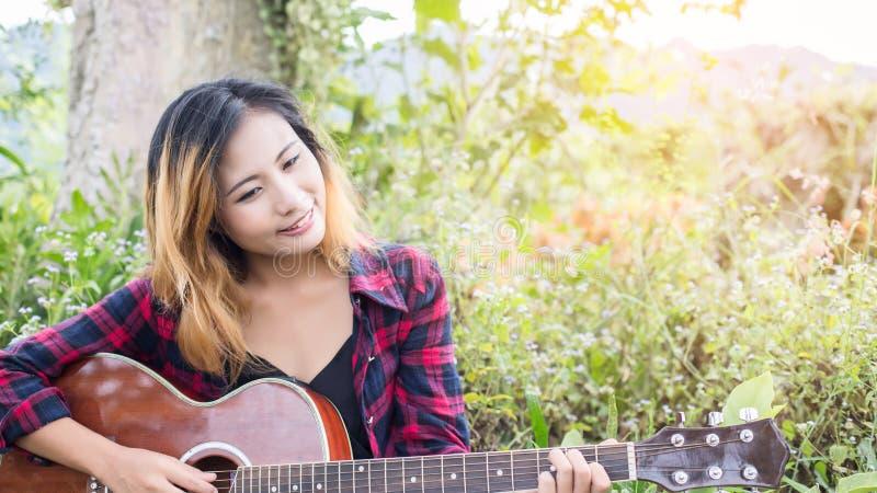 Gitara Young Woman Hand Playing zewnętrzne zdjęcie royalty free