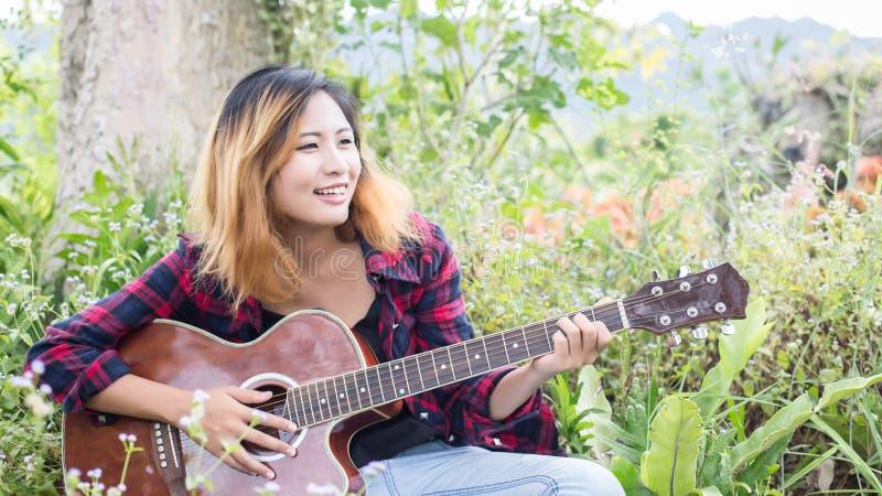 Gitara Young Woman Hand Playing zewnętrzne zdjęcia stock