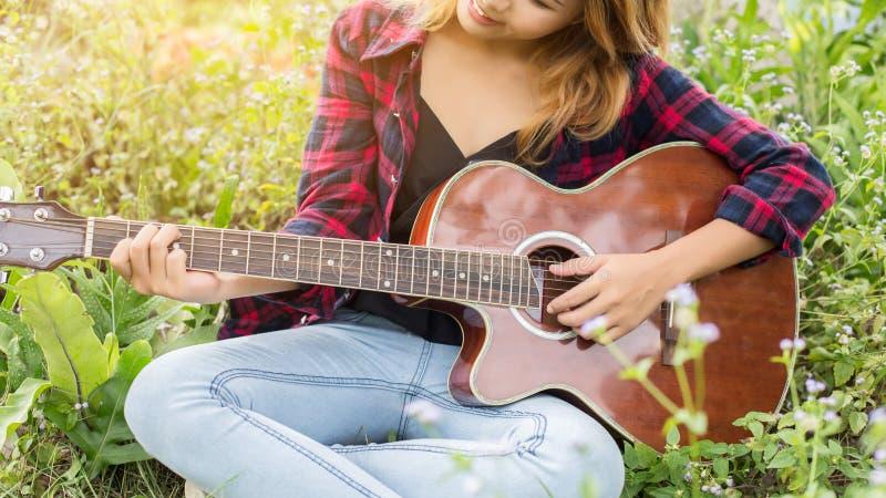 Gitara Young Woman Hand Playing zewnętrzne obrazy royalty free