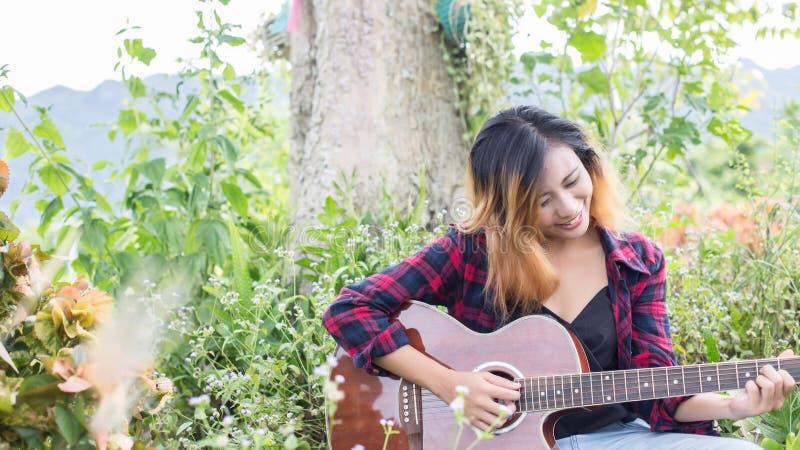 Gitara Young Woman Hand Playing zewnętrzne zdjęcia royalty free
