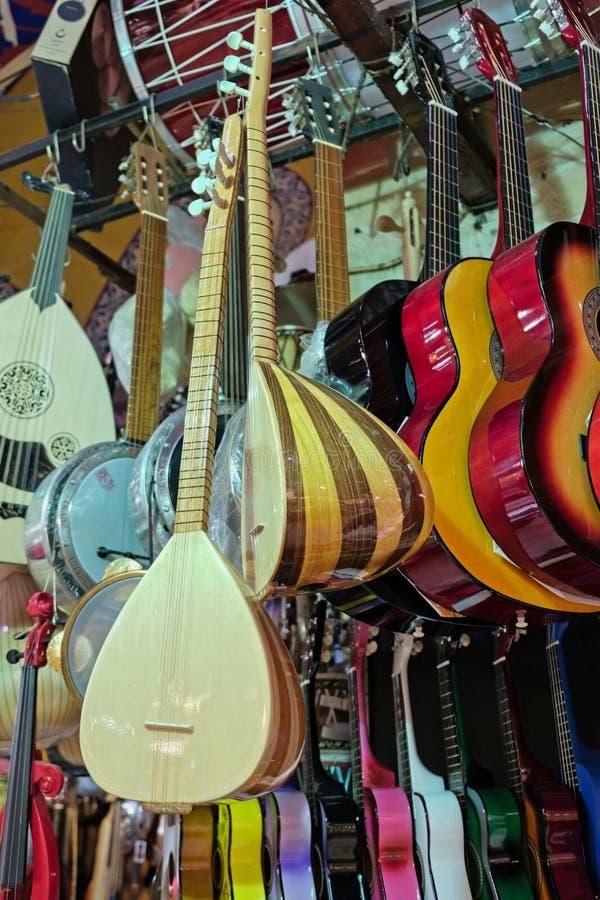Gitaren en andere muzikale instrumenten voor verkoop in de Grote Bazaar in Istanboel royalty-vrije stock afbeelding