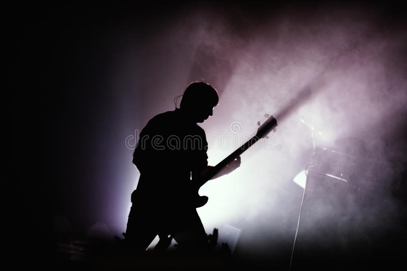 Gitarist bij rotsoverleg stock foto's