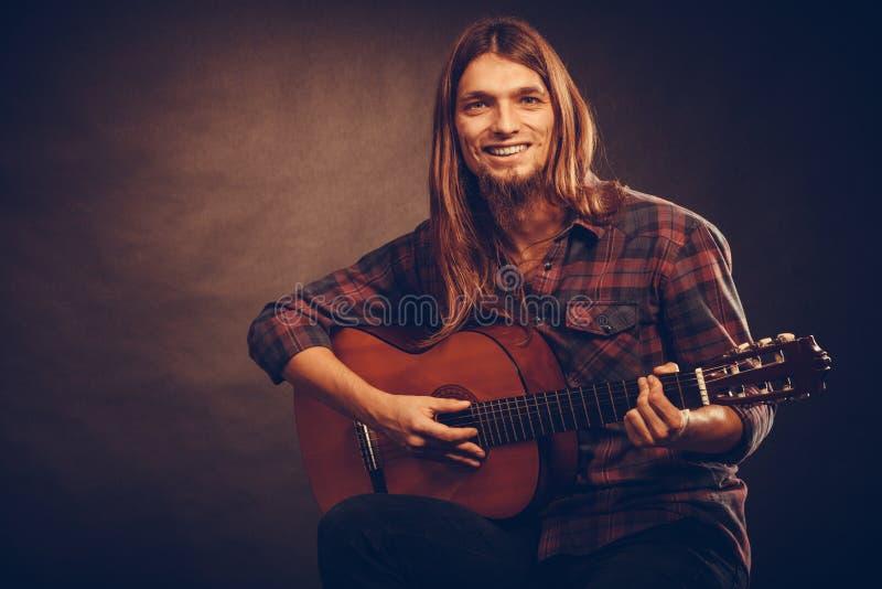 Gitarist die snaren uitproberen stock afbeelding