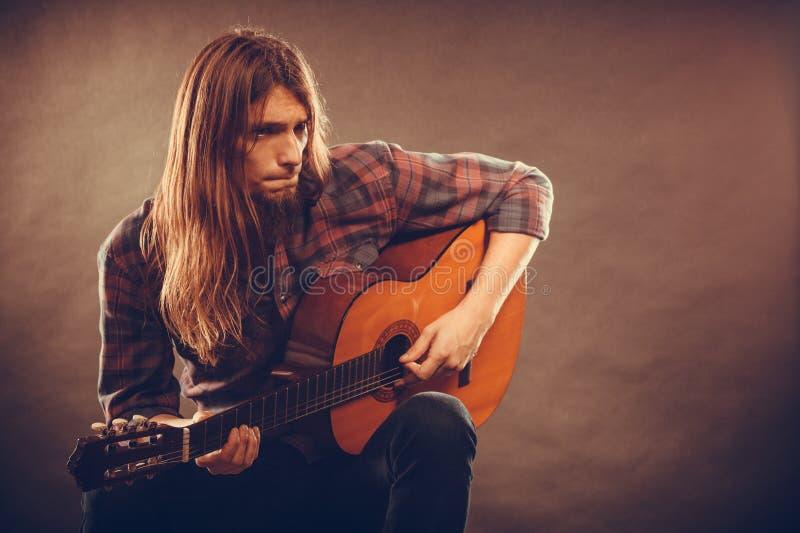 Gitarist die snaren uitproberen stock foto's