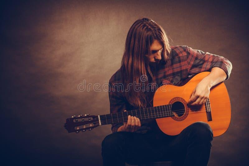 Gitarist die snaren uitproberen royalty-vrije stock fotografie