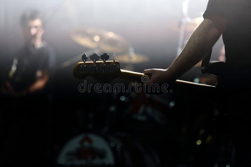 Gitarist en la etapa durante el concierto imagen de archivo