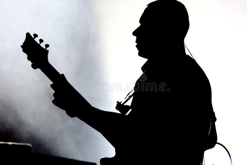 Gitarist en la etapa durante el concierto foto de archivo libre de regalías