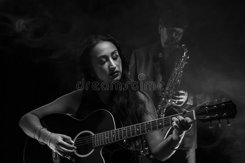 Gitarist en Saxofonist royalty-vrije stock afbeelding