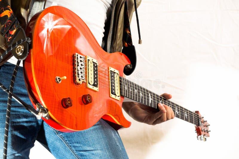 Gitarist het spelen stock afbeelding