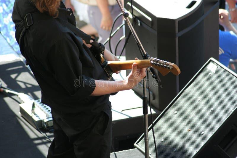 Gitarist op stadium stock afbeelding