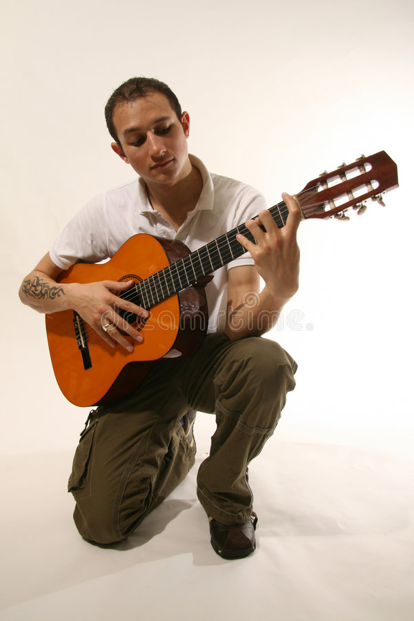 Gitarist in studio royalty-vrije stock foto