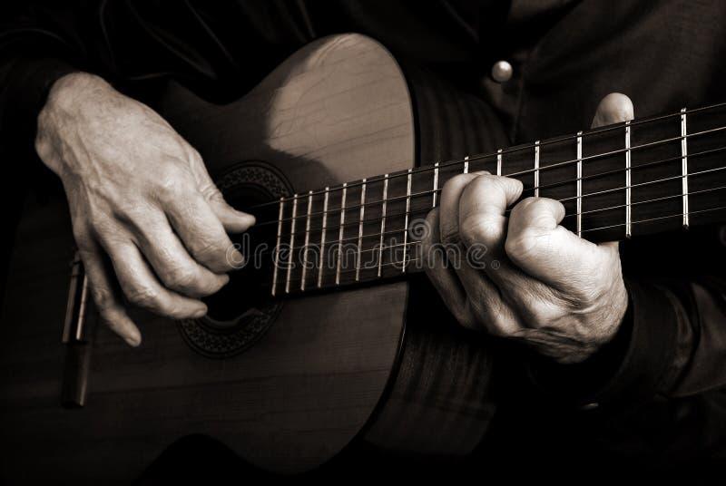 Gitaristhanden en gitaar royalty-vrije stock fotografie