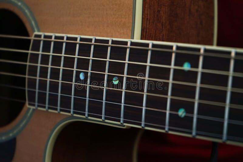 Gitaristhanden en gitaar dichte omhooggaand stock foto