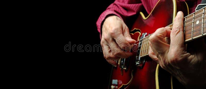 Gitaristhanden en gitaar dichte omhooggaand Het spelen Elektrische Gitaar Exemplaarruimten royalty-vrije stock fotografie