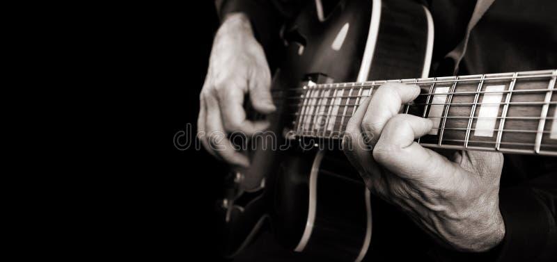 Gitaristhanden en gitaar dichte omhooggaand Het spelen Elektrische Gitaar Exemplaarruimten Rebecca 36 royalty-vrije stock fotografie