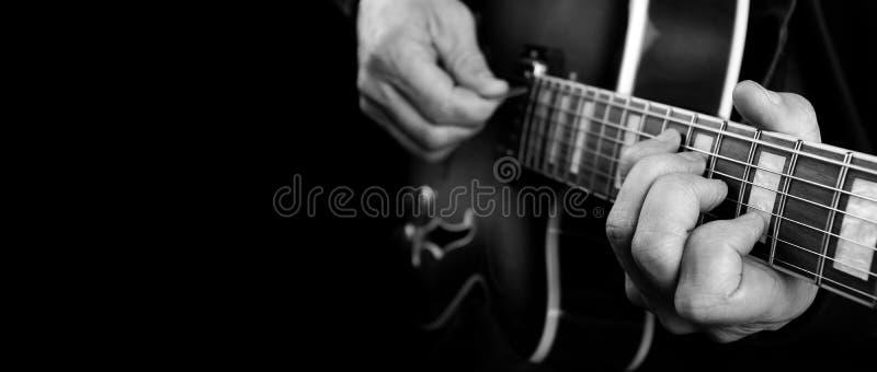 Gitaristhanden en gitaar dichte omhooggaand Het spelen Elektrische Gitaar Exemplaarruimten Rebecca 36 royalty-vrije stock foto